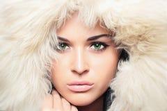 Schönheit mit Pelz. weiße Pelzhaube. hübsches Mädchen des Winters Lizenzfreies Stockfoto
