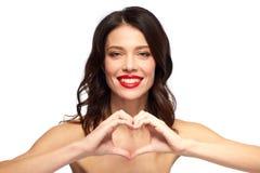 Schönheit mit rotem Lippenstift- und Handherzen Stockfoto