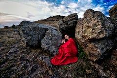 Schönheit mit rotem Mantel stockfotos