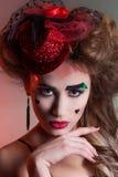 Schönheit mit schönem Make-up und Frisur in einem kleinen roten Hut mit den großen Lippen mit Herzen am Gesichtsfesttag von Valen Lizenzfreie Stockfotografie