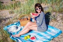 Schönheit mit Scheibe der Wassermelone auf dem Strand Stockbild