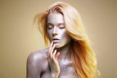 Schönheit mit Scheinen auf ihrem Gesicht und Körper Lizenzfreie Stockbilder