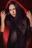 Schönheit mit schwarzem Mantel lizenzfreie stockbilder