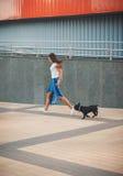 Schönheit mit schwarzem Welpen der französischen Bulldogge an der Straße lizenzfreies stockbild
