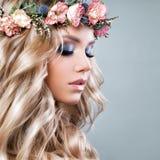 Schönheit mit Sommer-Rosa-Blumen Stockfoto