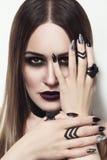 Schönheit mit stilvollem gotischem Make-up und Maniküre lizenzfreies stockfoto