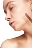 Schönheit mit Streifen der unterschiedlichen Art der Creme auf Gesicht Stockfoto