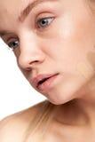 Schönheit mit Streifen der unterschiedlichen Art der Creme auf Gesicht Lizenzfreie Stockfotografie