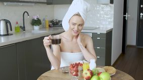 Schönheit mit Tuch auf dem Kopf, der ein gesundes Frühstück und einen Kaffee trinkt stock video footage