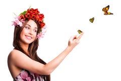 Schönheit mit Tulpenhaardekoration und -schmetterlingen Stockfotos