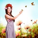 Schönheit mit Tulpenhaardekoration und -schmetterlingen Stockbild