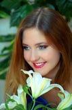 Schönheit mit weißen Lilien lizenzfreie stockbilder