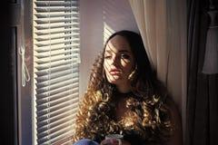 Schönheit, Modemake-up und Frisur Modeporträt eines sinnlichen sexy Mädchens Frau mit Schatten von den Vorhängen auf sinnlichem Lizenzfreie Stockfotografie