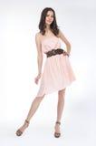 Schönheit - modernes Mädchen in der hellen Kleidstellung Lizenzfreie Stockfotos