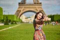 Schönheit nahe dem Eiffelturm in Paris, das selfie mit ihrem Handy nimmt Stockbild