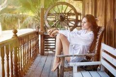Schönheit nahe ihrem Haus in den Tropen Lizenzfreies Stockfoto