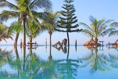 Schönheit nahe Swimmingpool Lizenzfreie Stockbilder