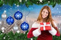 Schönheit in Sankt-Hut, der Weihnachtsgeschenke zeigt Stockfotos
