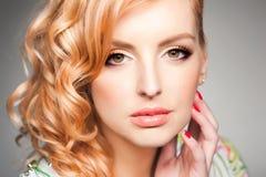 Nahaufnahme des Berufsaugenmakes-up auf schöner blonder Frau stockfoto