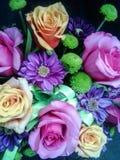 Schönheit schoss von erstaunlichem jungem japanischem Mädchen, lächelte und hält ein Bündel schöne Blumen, einschließlich Rosen a Stockfotografie