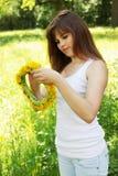 Schönheit spinnt einen Wreath Lizenzfreie Stockfotos