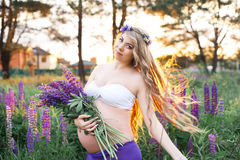 Schönheit steht umgab durch Blumenfeld Lizenzfreie Stockbilder