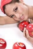 Schönheit surronded durch rote Äpfel Stockbild