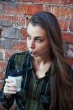 Schönheit trinkt Wegwerfkaffeetasse Lizenzfreie Stockfotografie