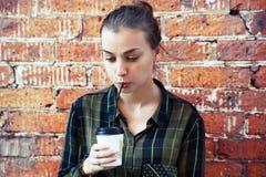 Schönheit trinkt Wegwerfkaffeetasse Lizenzfreies Stockfoto