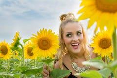 Schönheit umgeben durch Sonnenblumen Lizenzfreie Stockfotos