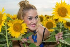 Schönheit umgeben durch Sonnenblumen Lizenzfreies Stockfoto