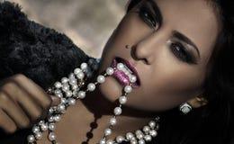 Schönheit und Diamanten Stockfotografie