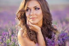Schönheit und ein Lavendelfeld Stockbilder