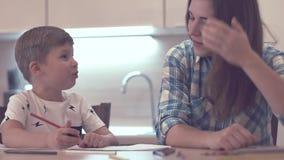 Schönheit und Little Boy an der Küche stock footage