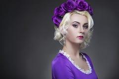 Schönheit und Mode-Konzept und Ideen Blonde kaukasische Frau Lizenzfreie Stockbilder
