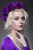 Schönheit und Mode-Konzept und Ideen Blonde kaukasische weibliche Aufstellung gegen Schwarzes Stockbild