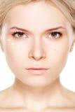 Schönheit, Verfassung u. Kosmetik. Frau mit täglicher Sahne stockfotografie