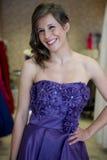 Schönheit versuchen an ein Kleid lizenzfreie stockfotos