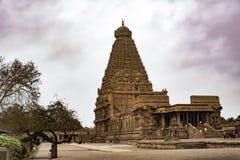 Schönheit von Thanjavur-Tempel mit colourfull Wolken lizenzfreies stockbild