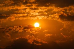 Schönheit von Wolken und von Himmel mit Kreis der Sonne bei Sonnenuntergang lizenzfreies stockbild