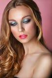 Schönheit vorbildliches Woman Face auf rosa glänzendem Hintergrund Vollkommene Haut lizenzfreie stockfotos