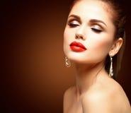 Schönheit vorbildliches Woman mit langem gewelltem Haar Browns Gesundes Haar und schönes Berufsmake-up Rote Lippen und rauchige A lizenzfreie stockbilder