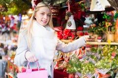 Schönheit am Weihnachtsmarkt Lizenzfreie Stockbilder