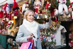 Schönheit am Weihnachtsmarkt Stockfoto