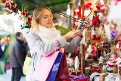 Schönheit am Weihnachtsmarkt Lizenzfreies Stockbild