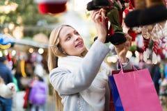 Schönheit am Weihnachtsmarkt Stockfotografie