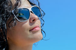 Schönheit, welche die Sonne genießt lizenzfreie stockfotografie