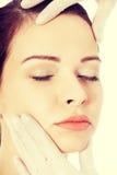 Schönheit wird zur plastischen Chirurgie vorbereitet Lizenzfreie Stockfotografie