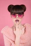 Schönheit wow Jugendlich Mädchenmodell der Modeüberraschung Brunette im Herzen Lizenzfreie Stockbilder