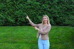 Schönheit zeigt mit beiden Händen auf möglichem Platz auf Adv Stockfotos